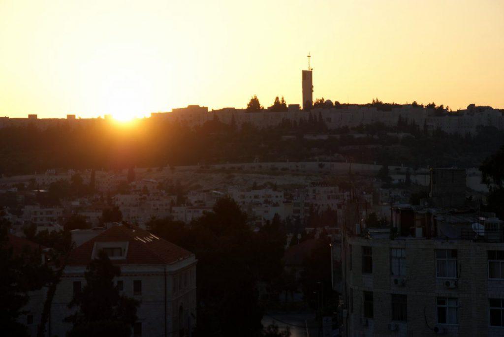 Sonnenaufgang über den Dächern Jerusalems.