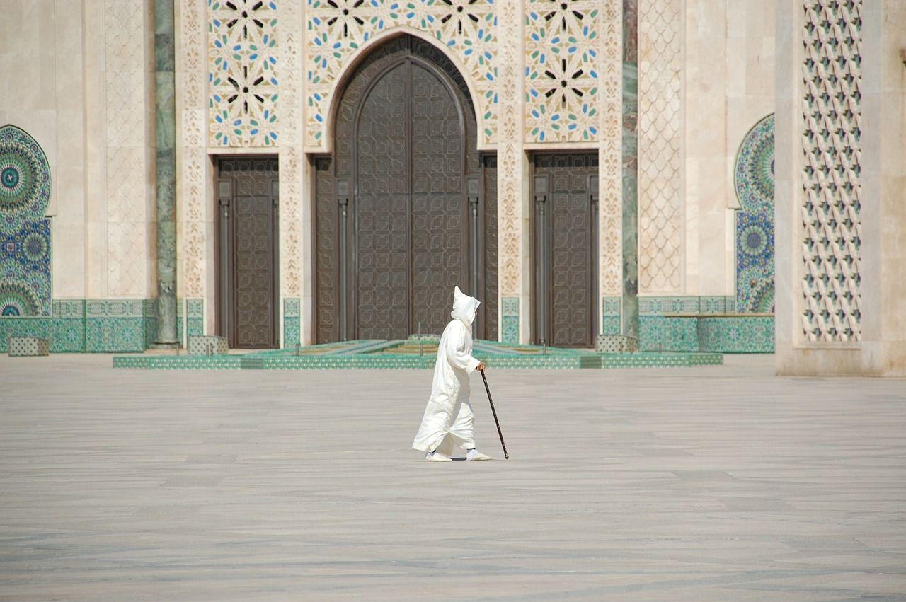 Ein Gläubiger auf dem Weg in die Moschee in Marokko