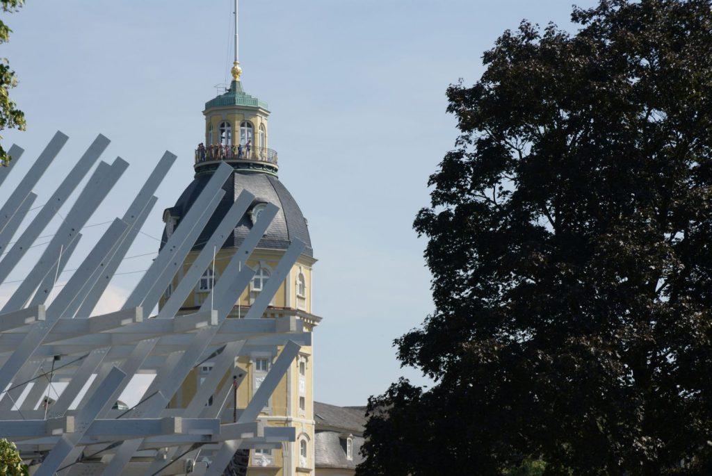 Der Pavillon aus weißen Holzstreben, erinnert an ein Haus aus Mikado-Stäben.