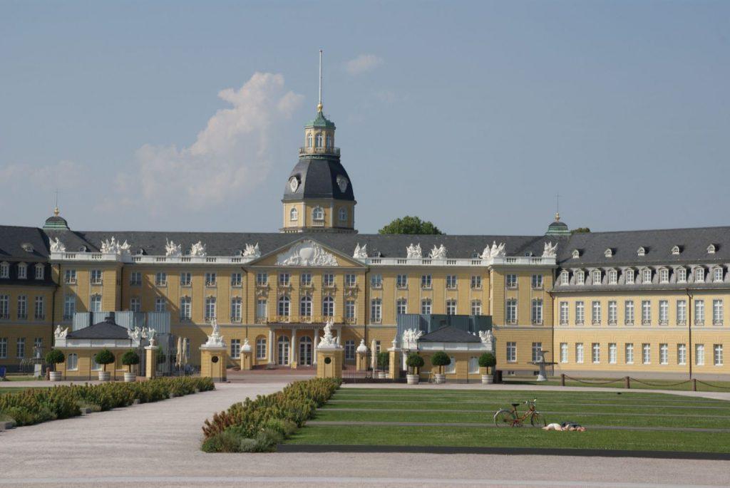 Das barocke Stadtschloss wurde einst von Markgraf Karl Wilhelm erbaut