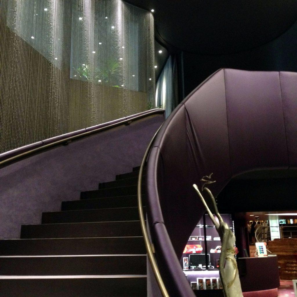 Eleganter Aufgang ins FALSTAFF Restaurant