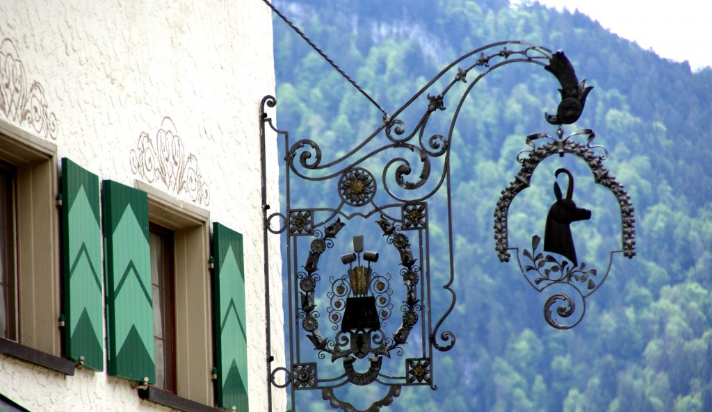 """Tradition trifft auf Moderne: Das historische Haupthaus (aus dem Jahr 1648) wurde mit den modernen Anbauten """"Blütenschloss"""" und """"Blütenkokon"""" stilvoll erweitert"""