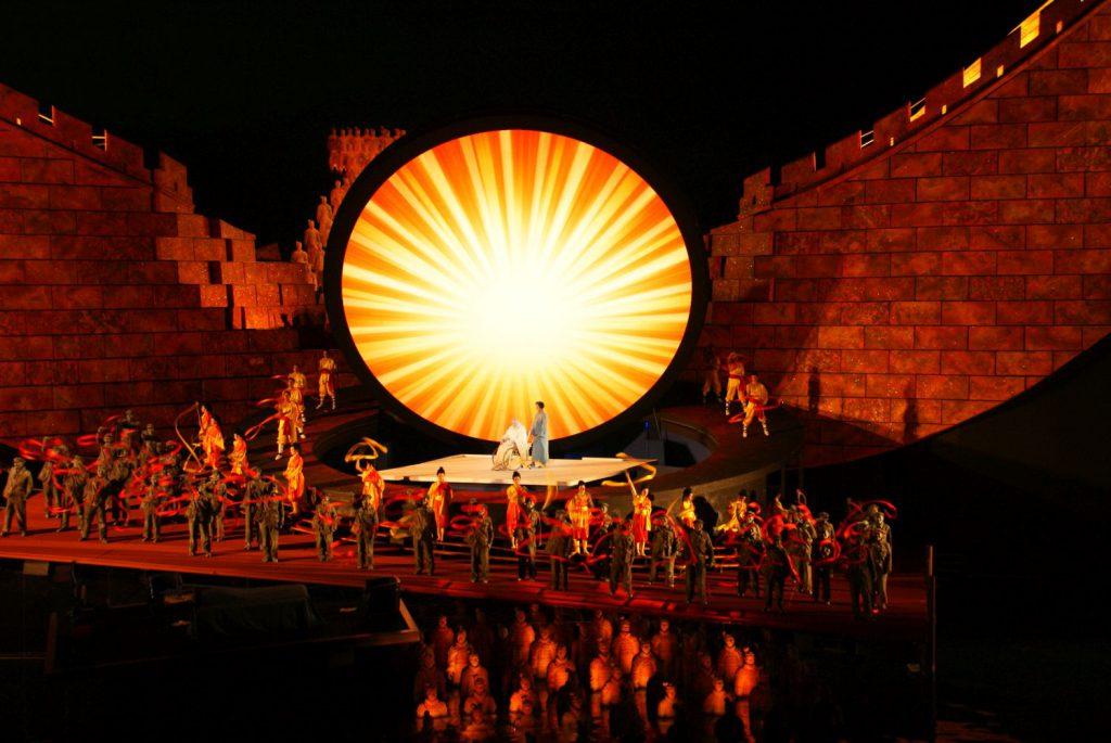 Fantastische Bühneninszenierung mit tollem Sound, viel Artistik und Feuerkunst und überraschenden Special-Effects