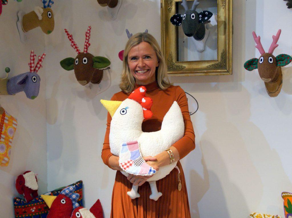 Für ihre Trophäen braucht man kein Jägerlatein: Anke Mayer mit Henne im Arm und plüschigen Ole-Trophäen im Hintergrund.