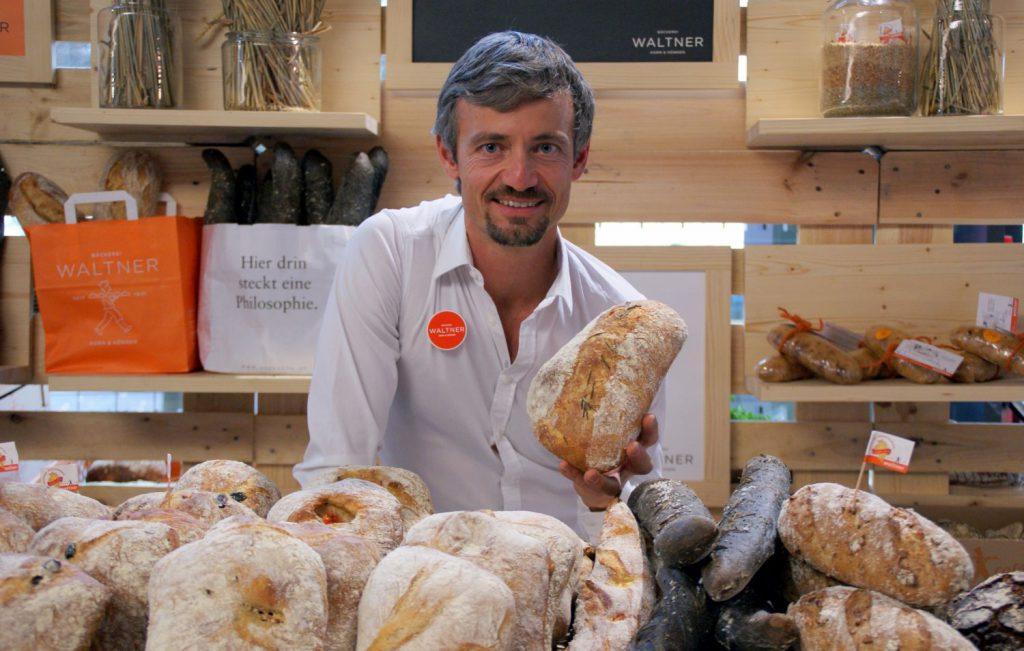 Bäckermeister Martin Waltner sagt billigen Aufbackbrötchen den Kampf an. Seine Brote gehen teilweise bis zu drei Tagen.