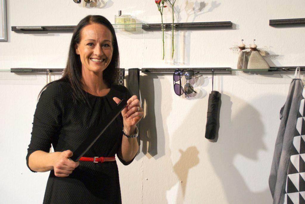 Eine Designerin, die aus ihrer Not ein tolles Produkt entworfen hat: Karin Sieber-Graf vor ihrer Schlüsselbrett-Wand.