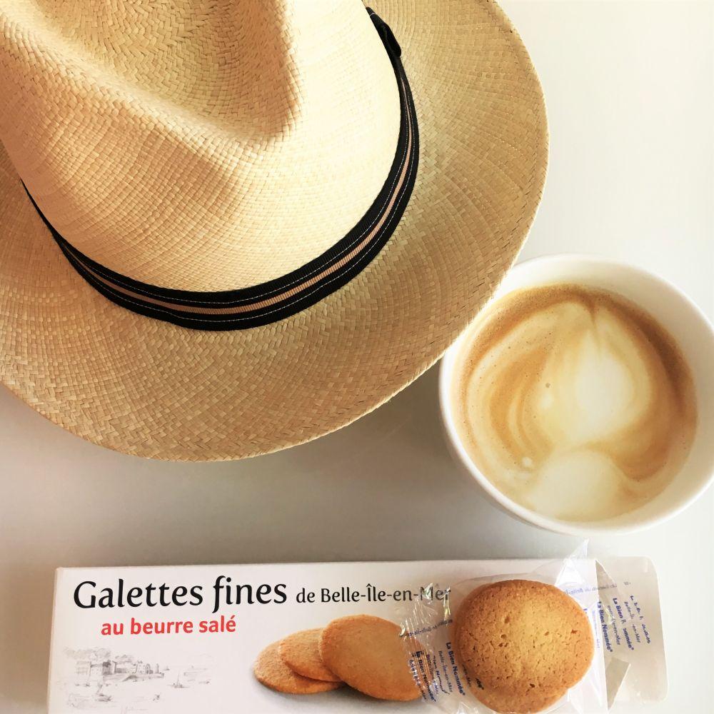 """Café au lait mit köstlichen Galettes fines der Firma """"La bien nommée"""""""