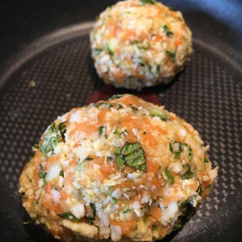 Gemüse-Halloumi Frikadelle in der Pfanne