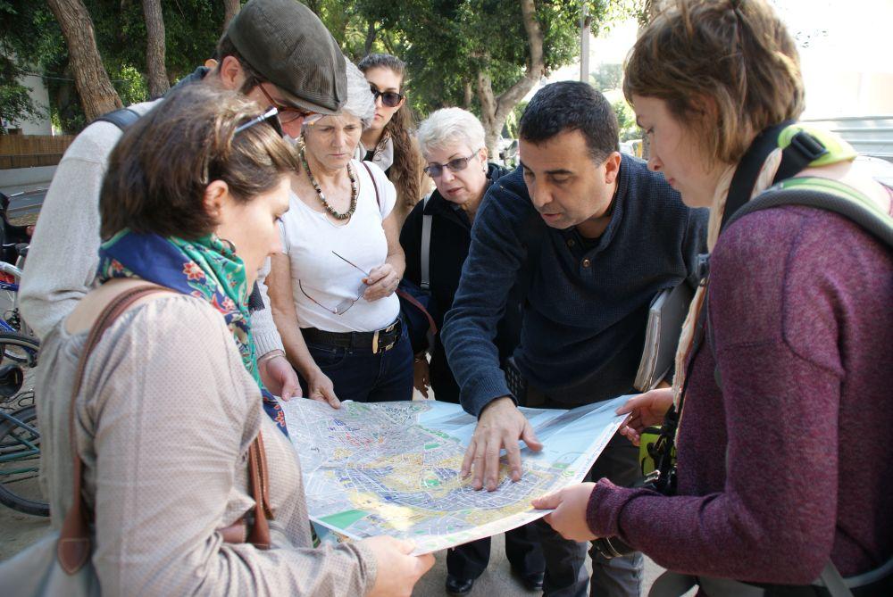 Zwei Stunden erhalten wir eine geführte Tour durch Tel Avivs (Architektur-)Geschichte. Nur zu empfehlen!