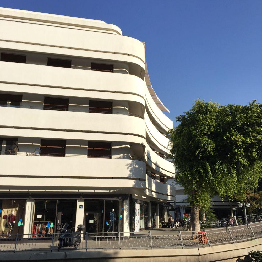 """Dank des Bauhausstils, trägt Tel Aviv den Beinamen """"Weiße Stadt"""" (und zählt zum UNESCO-Weltkulturerbe)"""