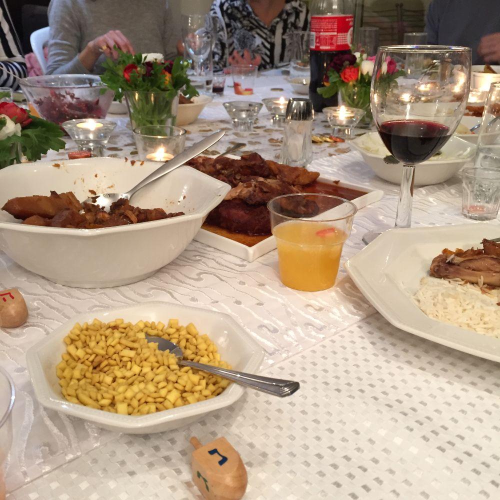 """Zu Gast bei Freunden: Dank der Online-Community """"Eat With"""" darf ich einen Abend inmitten einer jüdischen Familie erleben - ein Erlebnis, das ich jedem nur weiterempfehlen kann."""
