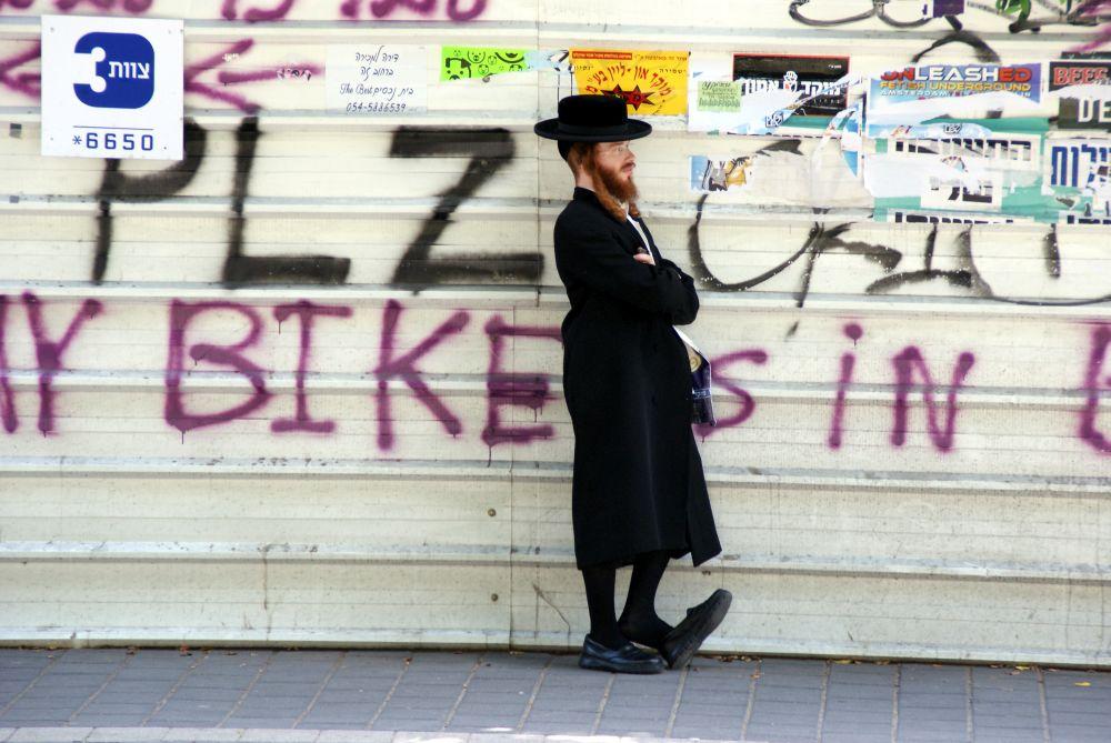 Street Art meets Religion: Orthodoxe Juden mit Schläfenlocken, Hut und langem Mantel, sieht man in Tel Aviv eher selten.
