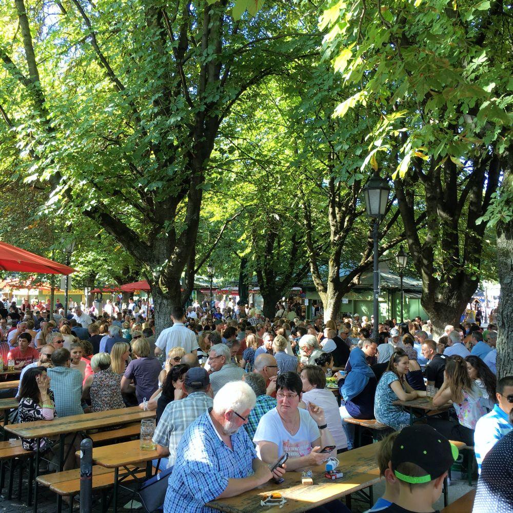 Der Biergarten auf dem Münchner Viktualienmarkt ist aus dem bunten Markttreiben nicht mehr wegzudenken.