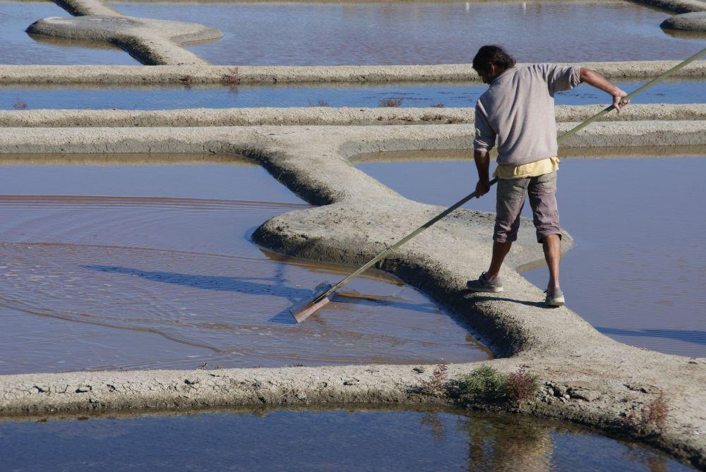 Neben körperlicher Kraft, verlangt die Arbeit des Salzbauern viel Fingerspitzengefühl.