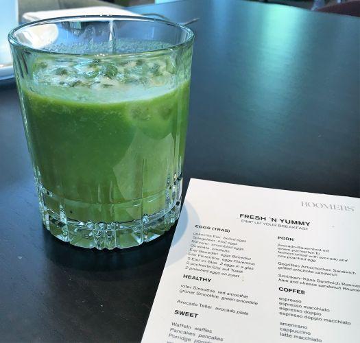 Ein frisch gemixter Grüner Smoothie weckt die Lebensgeister