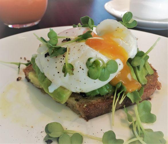 Im Frühstücks-Himmel: Frisches Bauernbrot mit Avocado und pochiertem Ei <3